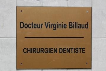 C'est une plaque qui dit le nom du médecin et sa spécialité. La plaque du chirurgien dentiste